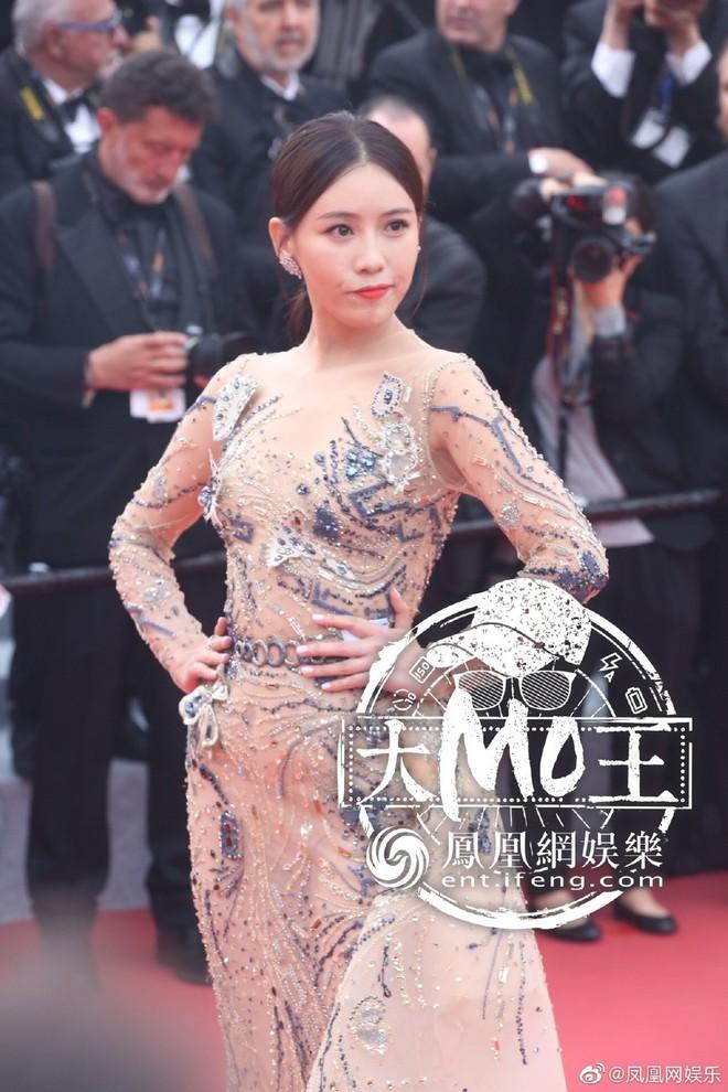Khai mạc LHP Cannes 2019: Củng Lợi - Lưu Đào xuất hiện rạng rỡ, Selena Gomez vẫn mải mê tạo dáng trong phòng chờ - ảnh 2
