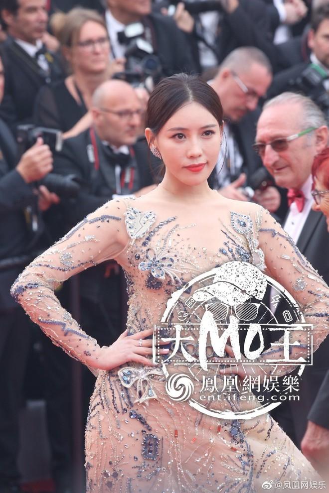Khai mạc LHP Cannes 2019: Củng Lợi - Lưu Đào xuất hiện rạng rỡ, Selena Gomez vẫn mải mê tạo dáng trong phòng chờ - ảnh 3