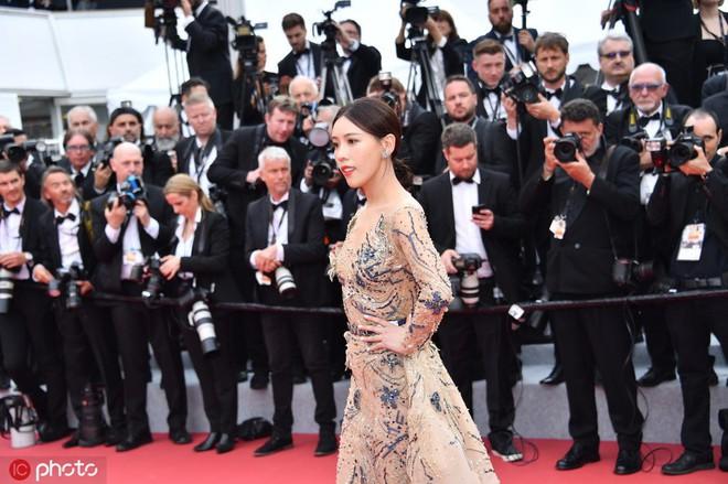 Mỹ nhân khiến Cbiz ê chề trong ngày đầu Cannes: Bị đuổi khỏi thảm đỏ vẫn giả ngơ, hoá ra từng đóng Diên Hi Công Lược - Ảnh 2.