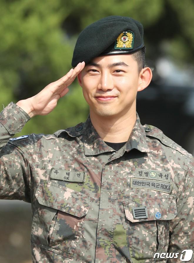 Nam thần quân ngũ Taecyeon (2PM) chính thức xuất ngũ, làn da mộc mịn màng đến mức khó tin của anh gây chú ý - ảnh 3