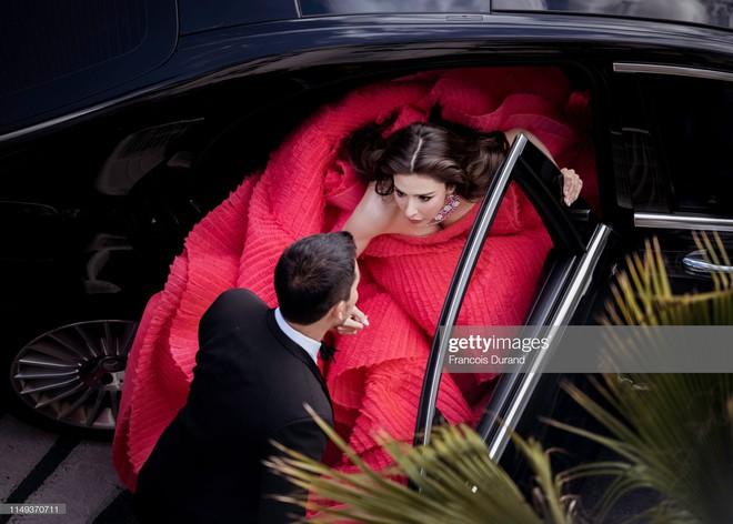 Người đẹp lai trong chiếc đầm đỏ xứng danh là tuyệt tác trên thảm đỏ Cannes ngày 2 - ảnh 1
