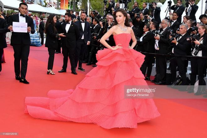 Người đẹp lai trong chiếc đầm đỏ xứng danh là tuyệt tác trên thảm đỏ Cannes ngày 2 - ảnh 2