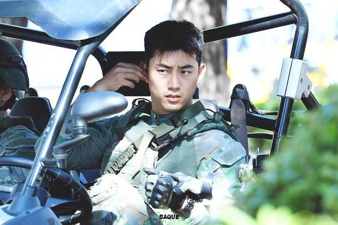 Nam thần quân ngũ Taecyeon (2PM) chính thức xuất ngũ, làn da mộc mịn màng đến mức khó tin của anh gây chú ý - ảnh 9