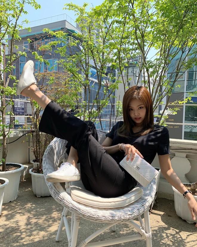 Có nữ idol nào như Jennie: Chẳng thèm giữ gìn hình tượng, toàn đăng ảnh tạo dáng khó hiểu tặng meme cho fan chế - ảnh 1