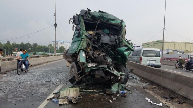 Gần 2 giờ đưa thi thể tài xế mắc kẹt trong cabin xe ben sau va chạm ở Sài Gòn - ảnh 2