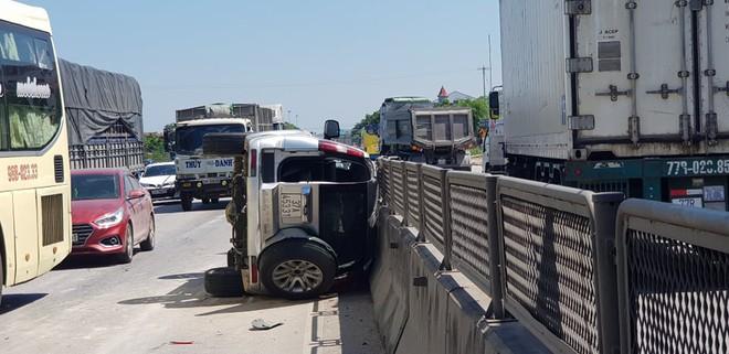 """Xe """"hổ vồ"""" hất văng xe 7 chỗ trên QL1A, phá cửa cứu 3 người mắc kẹt - Ảnh 1."""