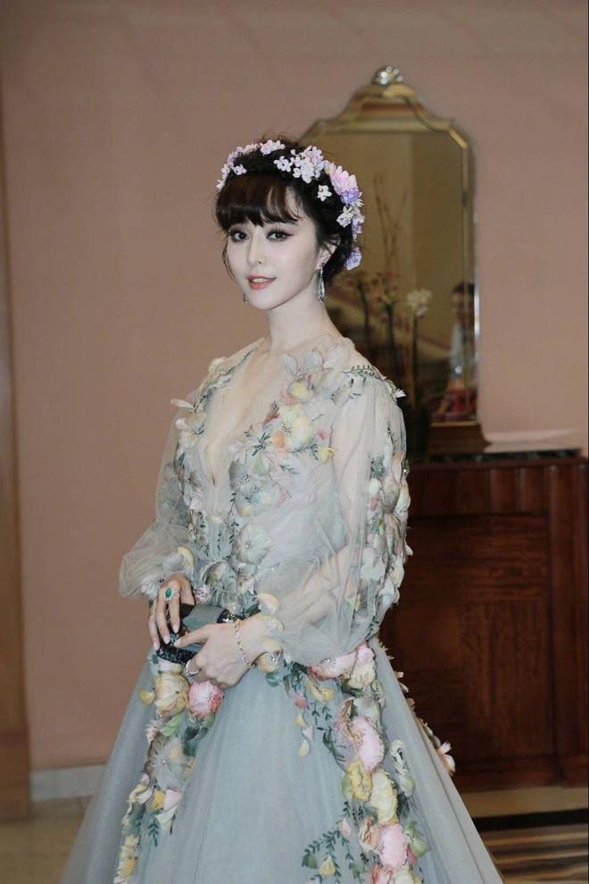 """Elle Fanning thành tiên nữ đẹp hơn hoa tại Cannes, nhưng netizen xứ Trung lại chỉ nhớ đến """"hoa tiên tử"""" Phạm Băng Băng ngày nào - ảnh 9"""