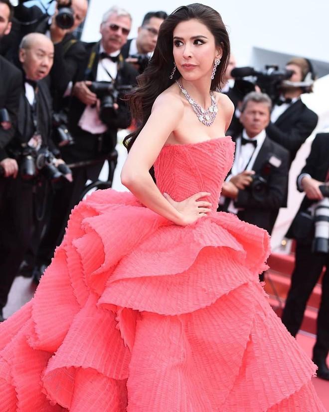 Người đẹp lai trong chiếc đầm đỏ xứng danh là tuyệt tác trên thảm đỏ Cannes ngày 2 - ảnh 9