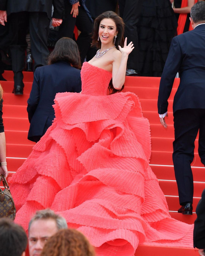 Người đẹp lai trong chiếc đầm đỏ xứng danh là tuyệt tác trên thảm đỏ Cannes ngày 2 - ảnh 8