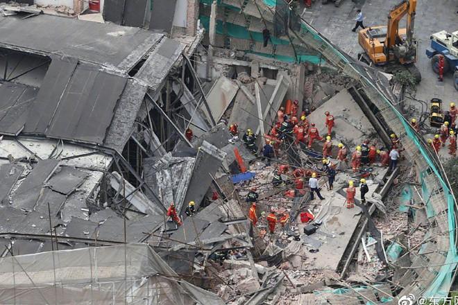 9 người mất tích trong đống đổ nát sau khi showroom Mercedes bị sập - ảnh 1