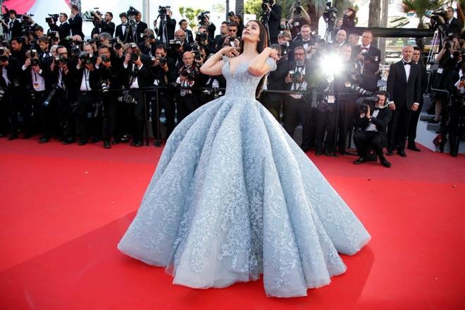 Người đẹp lai trong chiếc đầm đỏ xứng danh là tuyệt tác trên thảm đỏ Cannes ngày 2 - ảnh 12