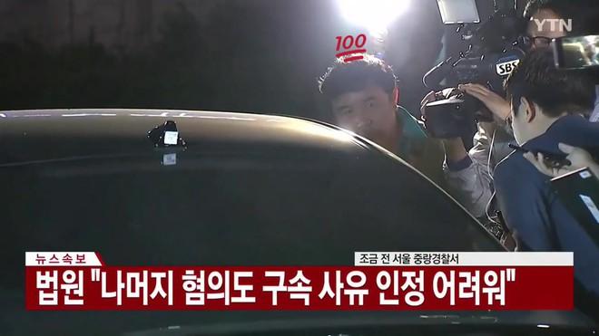 Giữa chảo lửa tranh cãi, hình ảnh bố Seungri chờ sẵn ở xe để đón con trai sau khi tòa hủy lệnh bắt gây chú ý - Ảnh 5.