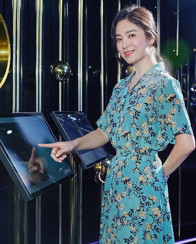 Song Hye Kyo bỗng xuống sắc tột đỉnh vì combo makeup, làm tóc lẫn váy vóc - ảnh 7
