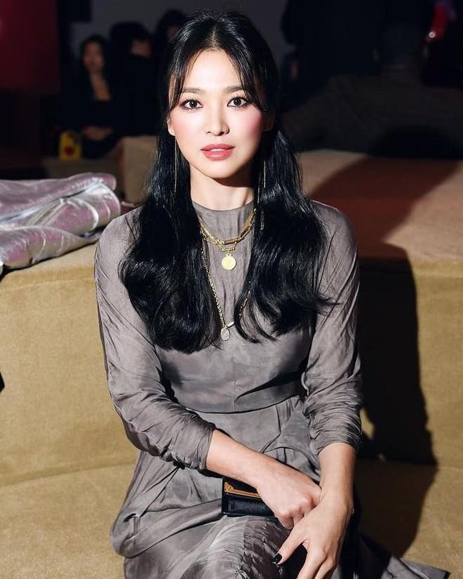 Song Hye Kyo bỗng xuống sắc tột đỉnh vì combo makeup, làm tóc lẫn váy vóc - ảnh 2