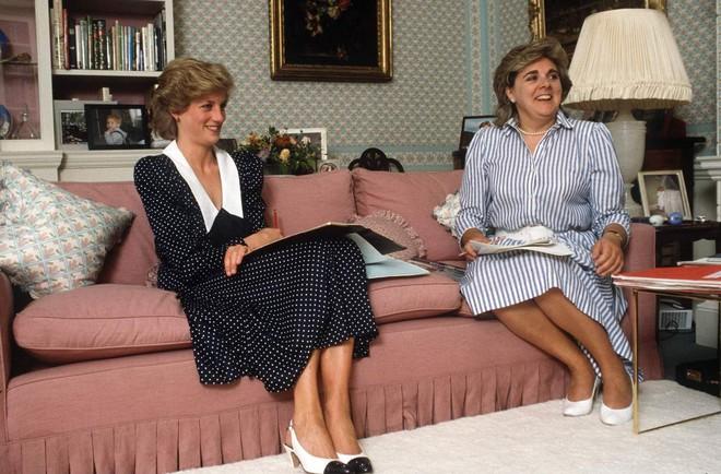 Lần diện đồ cũ này của Công nương Kate quá đặc biệt: Đụng hàng với ái nữ Tổng thống Trump và giống đến 80% váy của mẹ chồng - ảnh 2