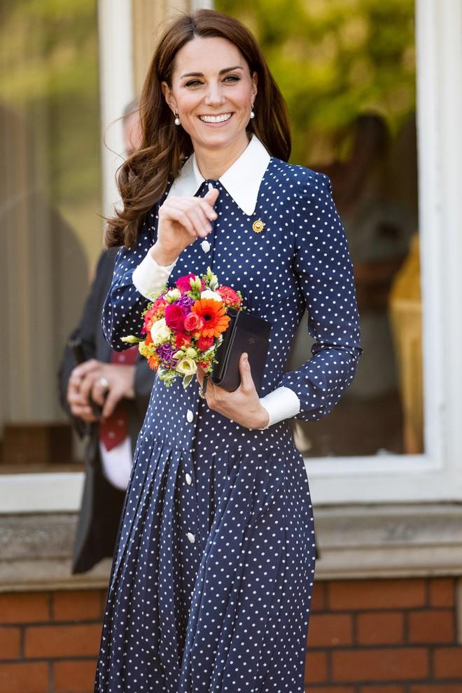 Lần diện đồ cũ này của Công nương Kate quá đặc biệt: Đụng hàng với ái nữ Tổng thống Trump và giống đến 80% váy của mẹ chồng - ảnh 5