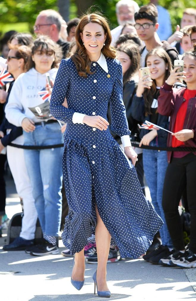 Lần diện đồ cũ này của Công nương Kate quá đặc biệt: Đụng hàng với ái nữ Tổng thống Trump và giống đến 80% váy của mẹ chồng - ảnh 6