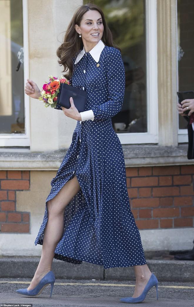 Lần diện đồ cũ này của Công nương Kate quá đặc biệt: Đụng hàng với ái nữ Tổng thống Trump và giống đến 80% váy của mẹ chồng - ảnh 7