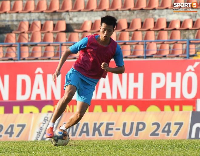 Cầu thủ Hải Phòng nhí nhảnh trên sân tập trước cuộc so tài với CLB Thanh Hóa - ảnh 1