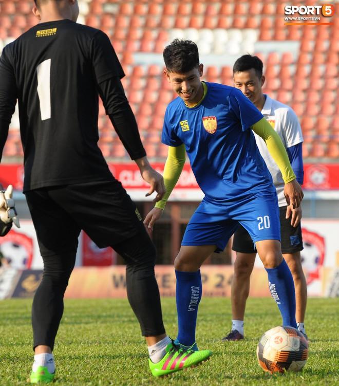 Cầu thủ Hải Phòng nhí nhảnh trên sân tập trước cuộc so tài với CLB Thanh Hóa - ảnh 10