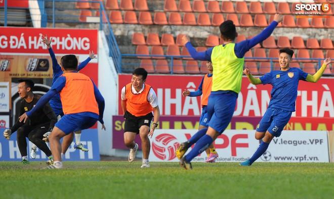 Cầu thủ Hải Phòng nhí nhảnh trên sân tập trước cuộc so tài với CLB Thanh Hóa - ảnh 11