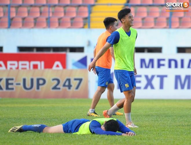 Cầu thủ Hải Phòng nhí nhảnh trên sân tập trước cuộc so tài với CLB Thanh Hóa - ảnh 15