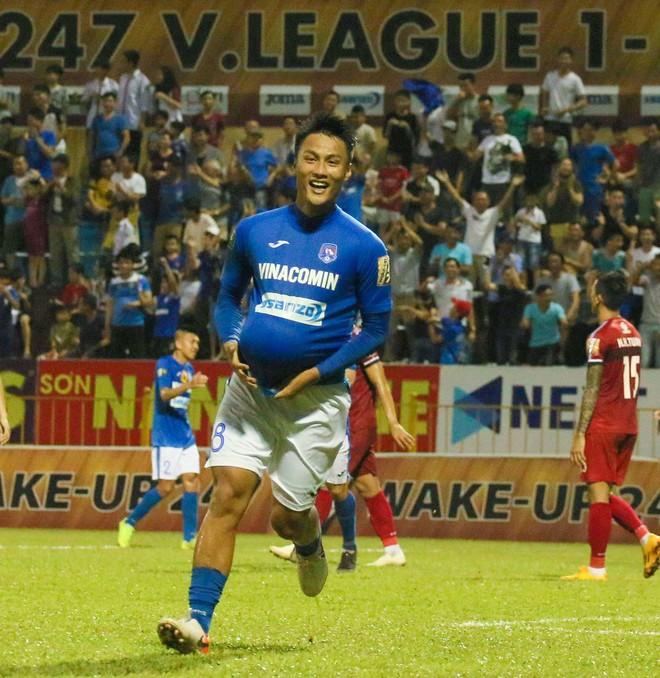 Mạc Hồng Quân ăn mừng kiểu bụng bầu khi ghi bàn vào lưới đội đầu bảng V.League - ảnh 2