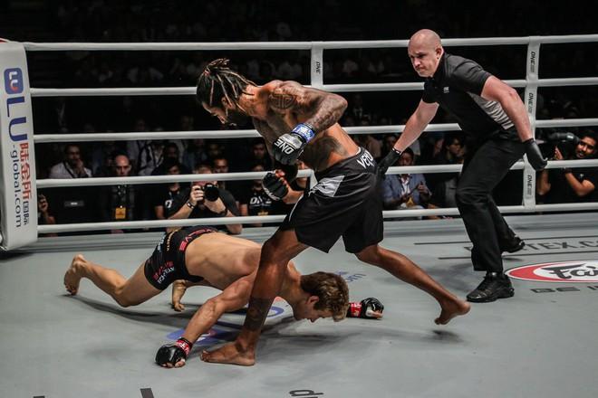 Soái ca 6 múi bị hạ đo ván sấp mặt trong ngày ra mắt giải MMA lớn nhất châu Á - ảnh 1