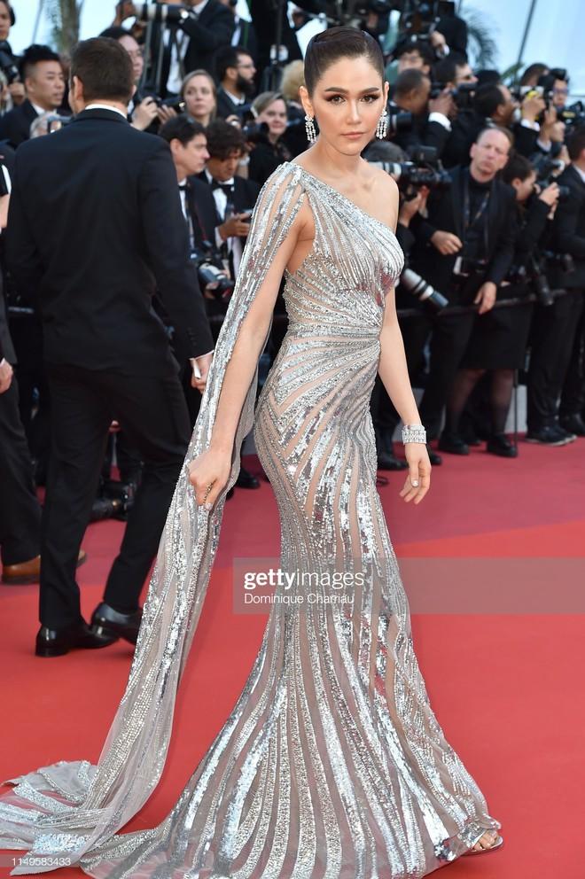 Thảm đỏ Cannes ngày 3: HLV The Face Thái Lan bất ngờ vùng lên chặt chém Bella Hadid cùng dàn mỹ nhân váy xẻ - ảnh 19