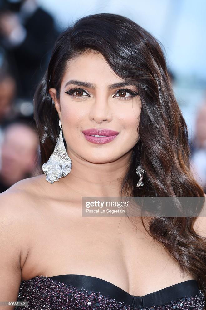 Thảm đỏ Cannes ngày 3: HLV The Face Thái Lan bất ngờ vùng lên chặt chém Bella Hadid cùng dàn mỹ nhân váy xẻ - ảnh 16