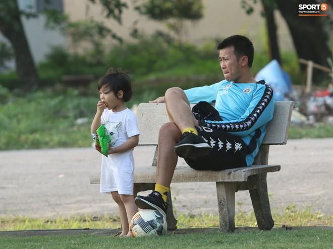 Những thiên thần trên sân tập của Hà Nội FC tạo nên khung cảnh khiến người xem mê mẩn như thước phim thanh xuân vườn trường - ảnh 4