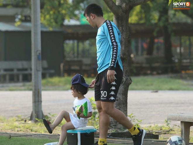 Những thiên thần trên sân tập của Hà Nội FC tạo nên khung cảnh khiến người xem mê mẩn như thước phim thanh xuân vườn trường - ảnh 5