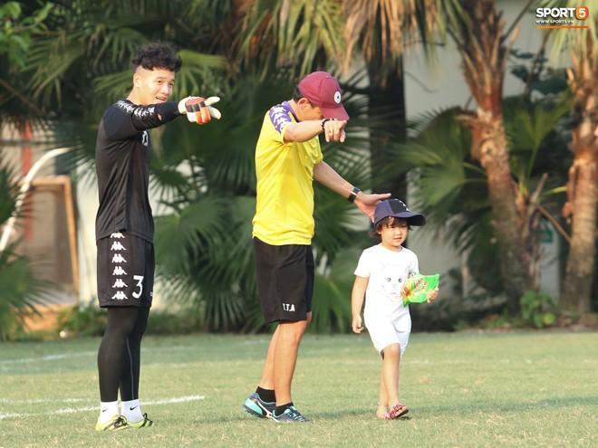 Những thiên thần trên sân tập của Hà Nội FC tạo nên khung cảnh khiến người xem mê mẩn như thước phim thanh xuân vườn trường - ảnh 6