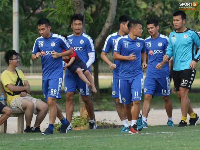 Những thiên thần trên sân tập của Hà Nội FC tạo nên khung cảnh khiến người xem mê mẩn như thước phim thanh xuân vườn trường - ảnh 12
