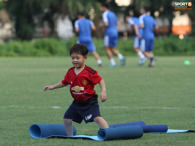 Những thiên thần trên sân tập của Hà Nội FC tạo nên khung cảnh khiến người xem mê mẩn như thước phim thanh xuân vườn trường - ảnh 15
