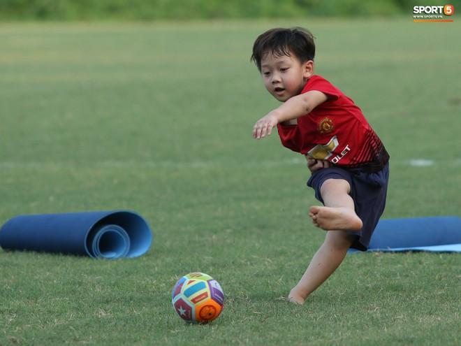 Những thiên thần trên sân tập của Hà Nội FC tạo nên khung cảnh khiến người xem mê mẩn như thước phim thanh xuân vườn trường - ảnh 13