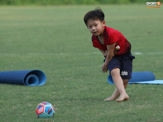 Những thiên thần trên sân tập của Hà Nội FC tạo nên khung cảnh khiến người xem mê mẩn như thước phim thanh xuân vườn trường - ảnh 14