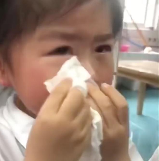Bé gái khóc lóc thảm thiết vì phải 'tốt nghiệp' mẫu giáo lên tiểu học: Từ giờ không còn vui vẻ như ngày xưa nữa rồi! - ảnh 3