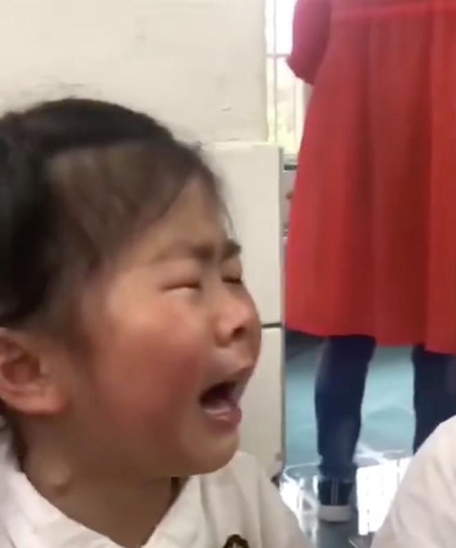 Bé gái khóc lóc thảm thiết vì phải 'tốt nghiệp' mẫu giáo lên tiểu học: Từ giờ không còn vui vẻ như ngày xưa nữa rồi! - ảnh 2