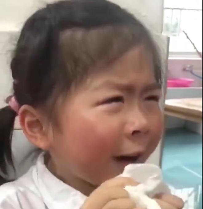 Bé gái khóc lóc thảm thiết vì phải 'tốt nghiệp' mẫu giáo lên tiểu học: Từ giờ không còn vui vẻ như ngày xưa nữa rồi! - ảnh 1