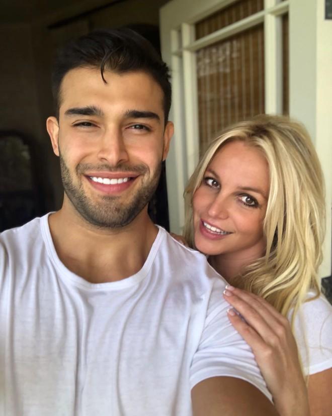 Lần đầu lộ diện sau tin đồn giải nghệ, Britney Spears lộ biểu cảm đáng chú ý bên bạn trai kém tận 12 tuổi - ảnh 1