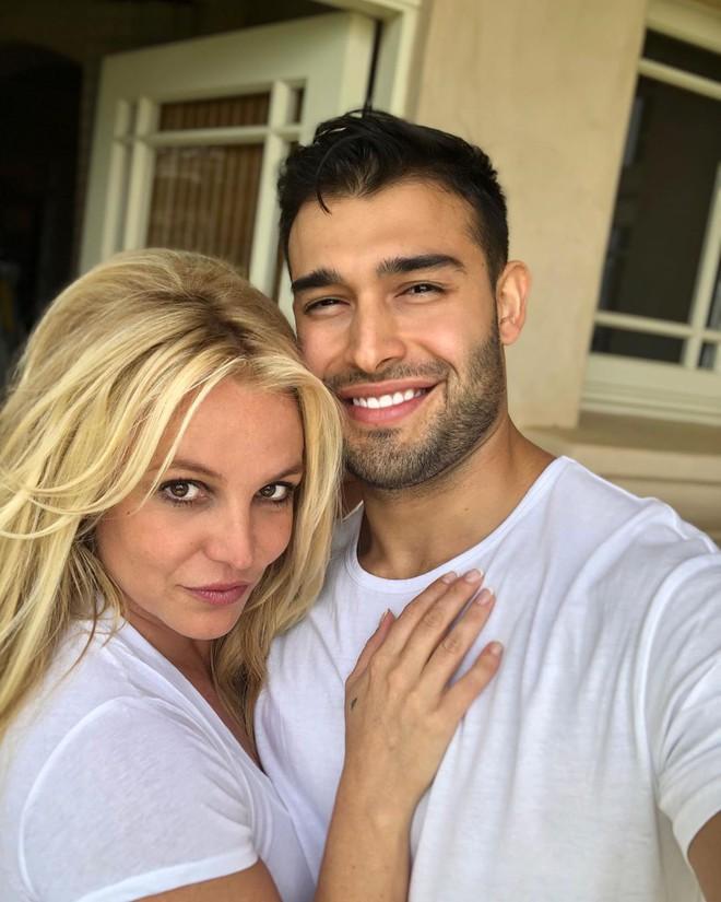 Lần đầu lộ diện sau tin đồn giải nghệ, Britney Spears lộ biểu cảm đáng chú ý bên bạn trai kém tận 12 tuổi - ảnh 2