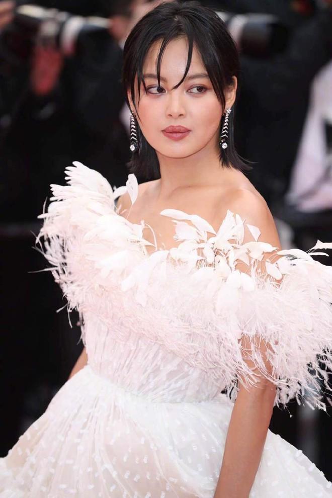 Ngày 4 Cannes: Bella Hadid diễn sâu hết cỡ bên Hoa hậu Thế giới trội nhất thảm đỏ, Thánh lố hoa lá hẹ xuất hiện - ảnh 37