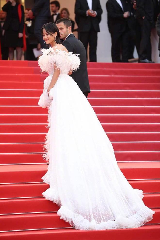Ngày 4 Cannes: Bella Hadid diễn sâu hết cỡ bên Hoa hậu Thế giới trội nhất thảm đỏ, Thánh lố hoa lá hẹ xuất hiện - ảnh 38