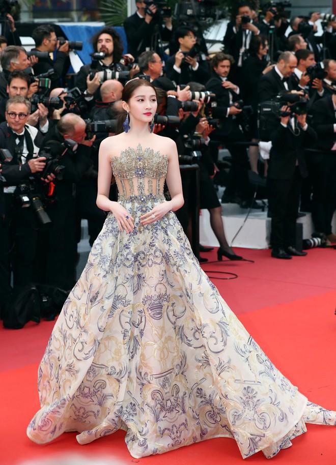 Bóc mẽ 2 mỹ nhân Cbiz tại Cannes: Quan Hiểu Đồng trát phấn loang lổ, lộ bắp tay to, Lưu Đào make up như doạ ma - ảnh 1