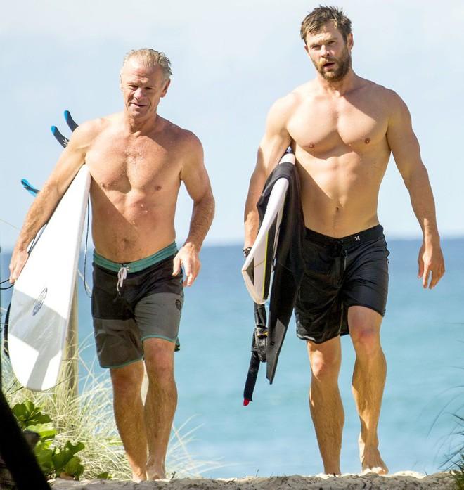 Thân hình bố của Thor Chris Hemsworth bất ngờ gây bão: Ai dè còn chuẩn hơn hàng Úc siêu hot của con trai - ảnh 3