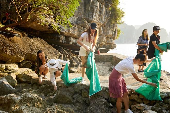 Minh Tú, Hoàng Thùy và dàn mỹ nhân Vbiz chung tay thu gom rác trên đảo hoang ở Vịnh Hạ Long - ảnh 7