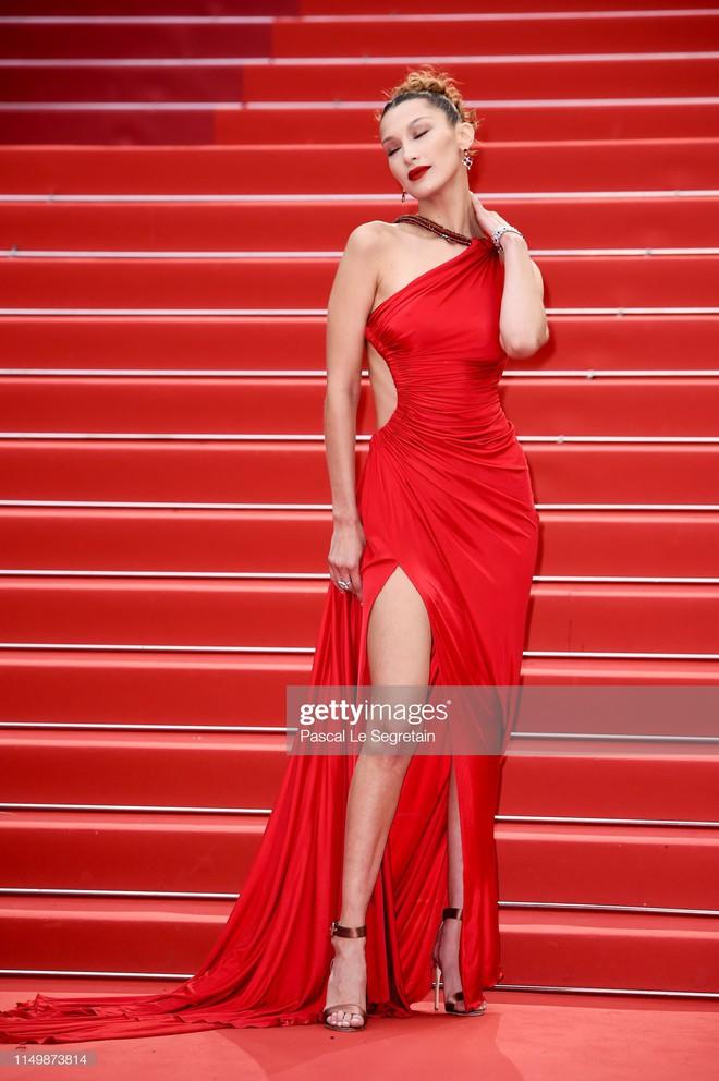Ngày 4 Cannes: Bella Hadid diễn sâu hết cỡ bên Hoa hậu Thế giới trội nhất thảm đỏ, Thánh lố hoa lá hẹ xuất hiện - ảnh 4