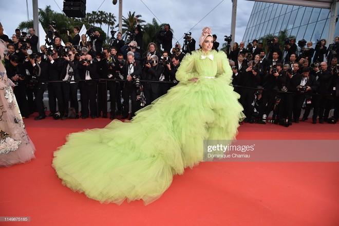 Ngày 4 Cannes: Bella Hadid diễn sâu hết cỡ bên Hoa hậu Thế giới trội nhất thảm đỏ, Thánh lố hoa lá hẹ xuất hiện - ảnh 5