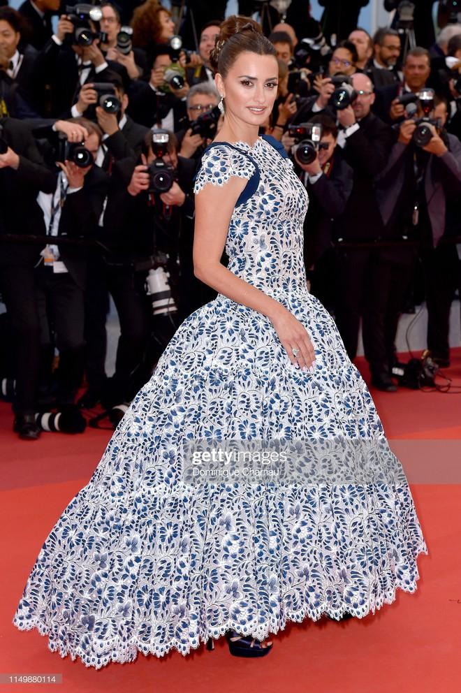Ngày 4 Cannes: Bella Hadid diễn sâu hết cỡ bên Hoa hậu Thế giới trội nhất thảm đỏ, Thánh lố hoa lá hẹ xuất hiện - ảnh 32